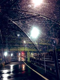 近くの雨の夜の傘の写真・画像素材[1840337]