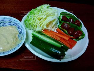 テーブルの上の食べ物の皿の写真・画像素材[2309400]