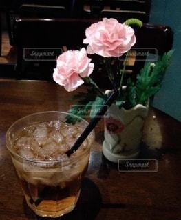 テーブルの上に座る花で満たされた花瓶の写真・画像素材[3508889]