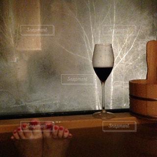 温泉に入りながら雪見ワインの写真・画像素材[1792272]