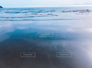 波と水面に映る雲の写真・画像素材[1792586]