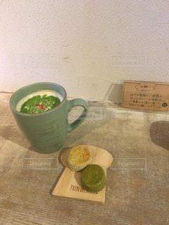 抹茶ラテとお菓子の写真・画像素材[1793591]