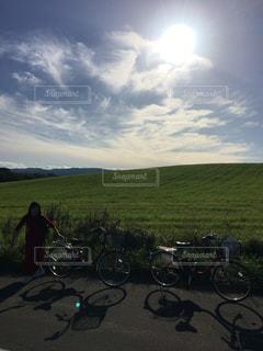 草で覆われた丘の上に自転車を駐車の写真・画像素材[1798145]
