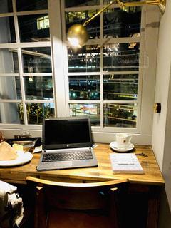 木製のテーブルの上に座ってノート パソコンをデスクの写真・画像素材[1794856]
