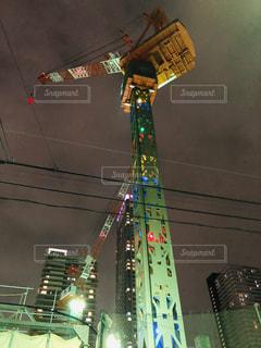 緑の光で夜の街クレーンの写真・画像素材[1801138]