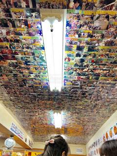 店の天井に広がる写真の写真・画像素材[1873612]