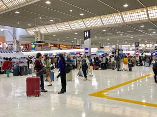 空港で荷物を待っている人々 のグループの写真・画像素材[2080395]
