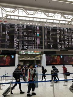 空港の案内前に立っている人々 のグループの写真・画像素材[2080399]