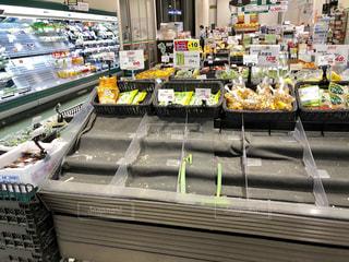 台風の影響で品薄のスーパーの写真・画像素材[2601954]