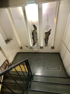 雑居ビルの中の階段の、壊れた壁の写真・画像素材[2775588]