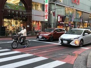 にぎやかな車道の真ん中に車の写真・画像素材[3053190]