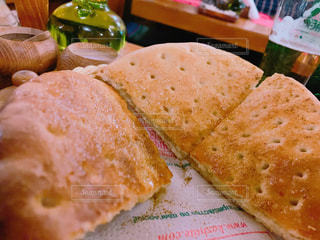 近くのテーブルの上に座ってサンドイッチをの写真・画像素材[1795786]