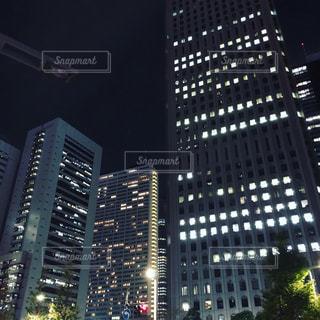 夜のライトアップされた街の写真・画像素材[1798369]