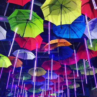 ぶら下がっている別の着色された傘のグループの写真・画像素材[1797034]