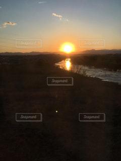 夕日が川へと沈むの写真・画像素材[2038096]