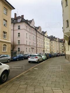 道路の脇に駐車した車を持つ狭い街路の写真・画像素材[2894441]