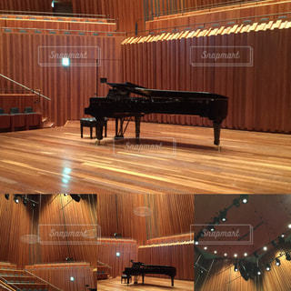 コンサートホールにグランドピアノの写真・画像素材[1812213]