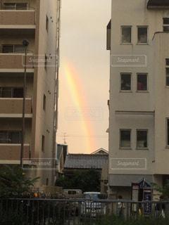 ビルとビルの間から見える虹の写真・画像素材[1822180]