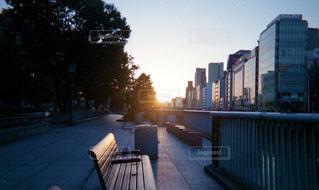 川のそばのベンチの写真・画像素材[1847620]