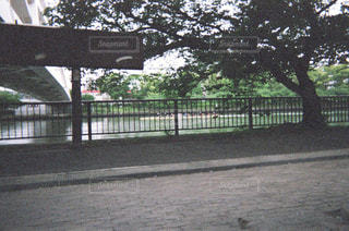 フェンスの前にゲートの写真・画像素材[1853464]