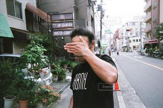 通りに立っている男の写真・画像素材[1853578]