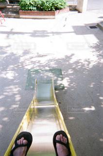 歩道の上に座っている人の写真・画像素材[1855350]