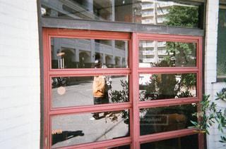 ガラスに映るの写真・画像素材[1855351]