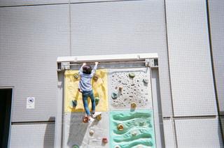 登る子供の写真・画像素材[1855354]