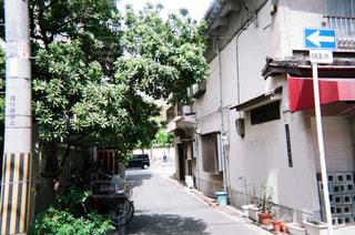 近くの家の前の通りをの写真・画像素材[1874368]
