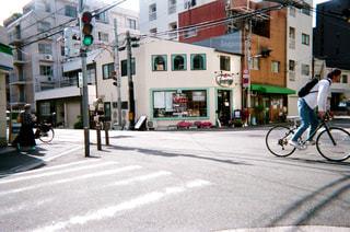 都市通りで自転車を乗る人の写真・画像素材[1881318]