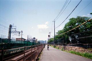 鋼のトラックに大きな長い列車の写真・画像素材[1881321]