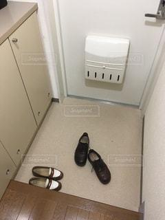 玄関に無造作に置かれた靴の写真・画像素材[1798407]