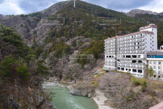 山と川沿いのホテルの写真・画像素材[1813181]