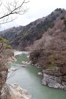 山間を流れる川の写真・画像素材[1813205]
