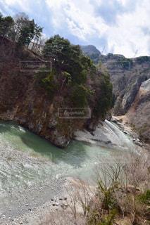 山間を流れる川の写真・画像素材[1813207]