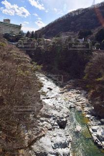 山間を流れる川の写真・画像素材[1813314]