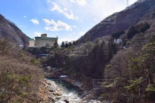 山間を流れる川の写真・画像素材[1813331]