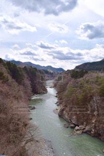 山間を流れる川の写真・画像素材[1813336]