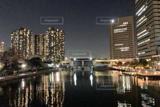 都市を背景にした川に架かる橋の写真・画像素材[3088710]