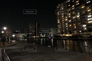天王洲アイルの夜の遊歩道の写真・画像素材[3090163]