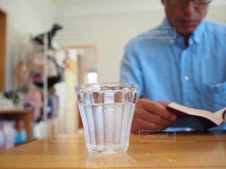 テーブルに座っている男の人の写真・画像素材[1810718]