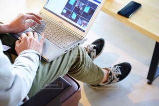 ノートパソコンを使う男性の写真・画像素材[2023602]