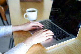 パソコンを使う女性の写真・画像素材[2023782]