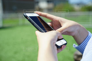 携帯電話を持つ手の写真・画像素材[2081958]