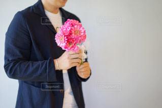 ピンクの花を持っている男性の写真・画像素材[2138333]