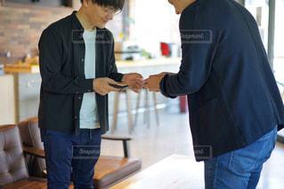 名刺交換をする男性2人の写真・画像素材[2138832]