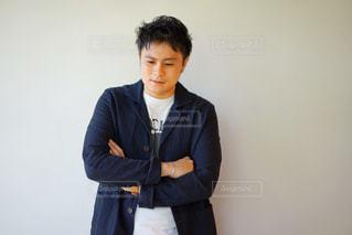 腕組みをして立っている若い男性の写真・画像素材[2138857]