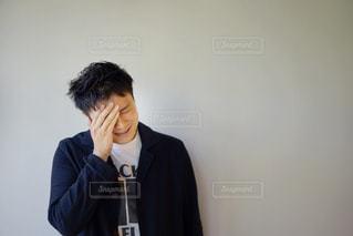 困った顔の若い男性の写真・画像素材[2138858]