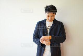 スーツを着てネクタイをしている若い男の写真・画像素材[2138859]