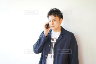 電話をしている若い男性の写真・画像素材[2138860]